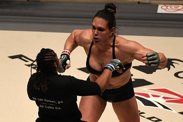 Lutando profissionalmente desde 2015, Gabi está invicta no MMA, com quatro vitórias (Foto Getty Images)