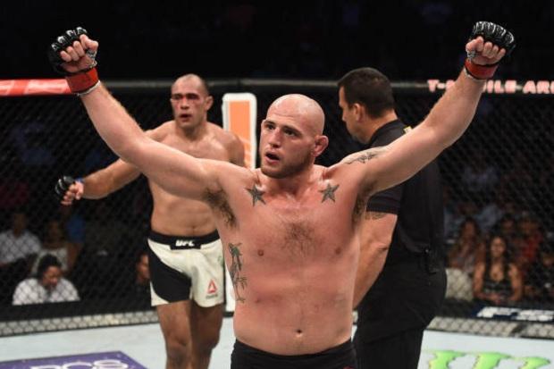 Jordan Johnson, em luta bem equilibrada, levou a melhor sobre Marcel Fortuna (Foto: Getty Images)