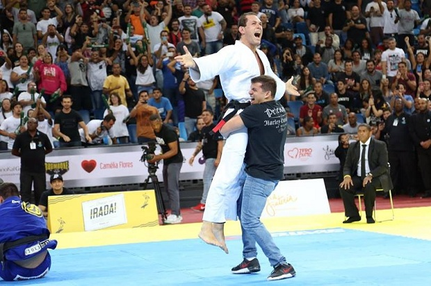 Roger Gracie, em duelo histórico, finalizou Marcus Buchecha pelas costas (Foto: Vitor Freitas/FloGrappling)