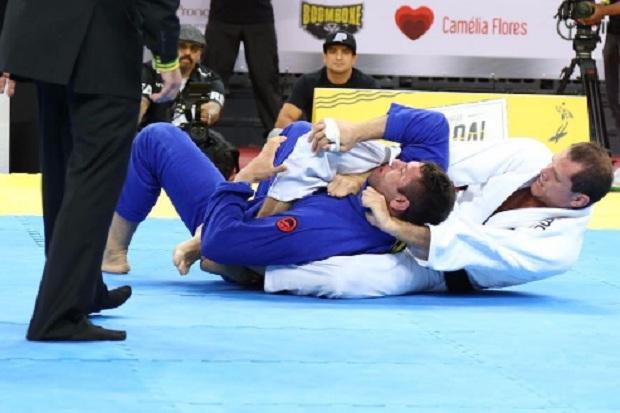 Roger Gracie teve muita calma e técnica para finalizar Buchecha pelas costas (Foto: FloGrappling)