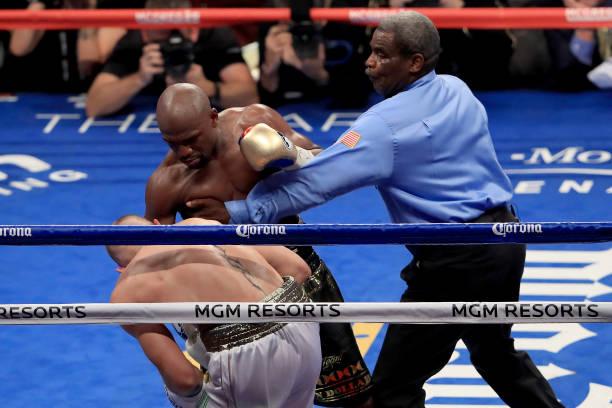 Vídeo: confira o momento do nocaute de Mayweather sobre McGregor em superluta de Boxe