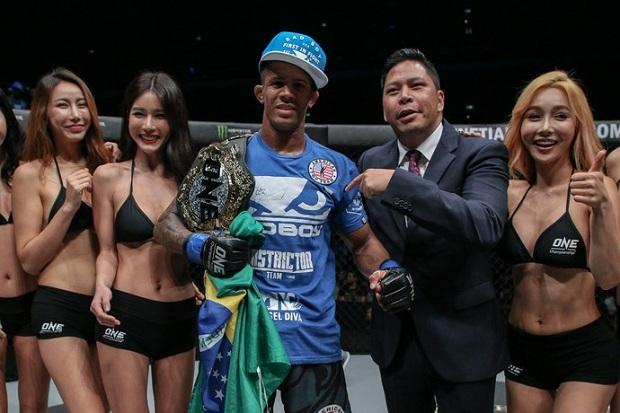 Adriano Moraes conta como destronou Kairat Akhmetov e conquistou cinturão do ONE; veja