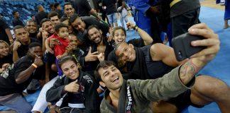 Minotauro e atletas do Ultimate fizeram a festa das crianças com aula de MMA (Foto: Alexandre Loureiro)