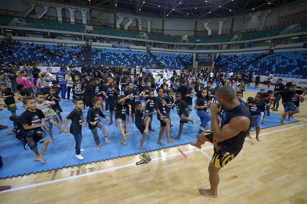 Thiago Marreta ensinou técnicas da luta em pé para as crianças durante a aula (Foto: Alexandre Loureiro)