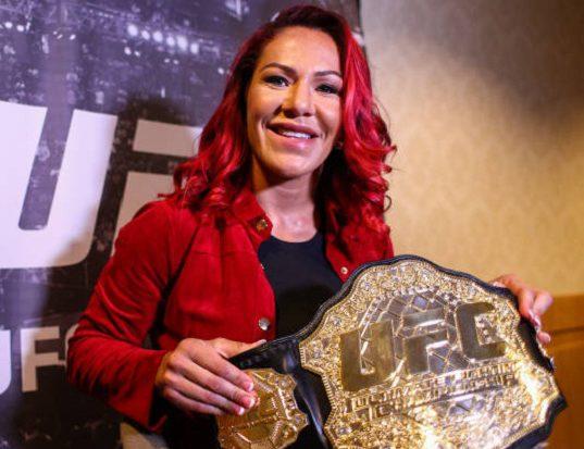 Cyborg 'parabeniza' Ronda Rousey por título no WWE, mas provoca a americana