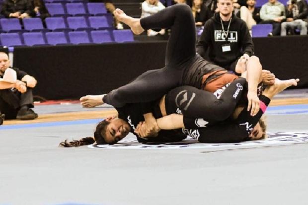 Bia Mesquita finalizou sua luta no armock e fará semifinal contra Nicolini (Foto: FloGrappling)