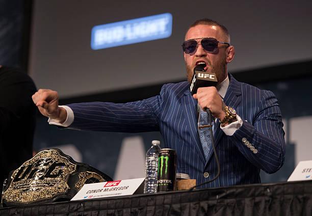 Após confusão que resultou em menos três lutas no UFC 223, McGregor se entrega à polícia; veja