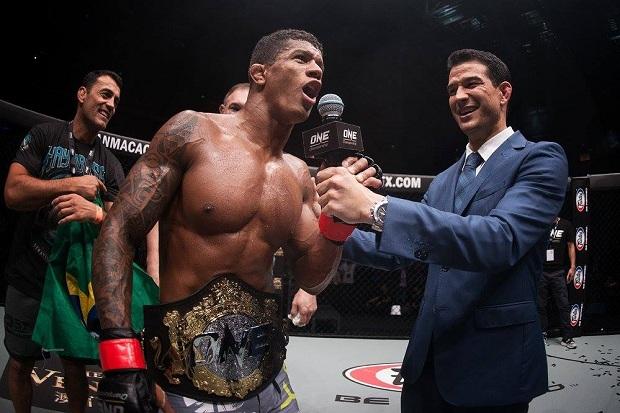 Após finalizar e defender seu cinturão ONE Championship, Adriano Moraes diz: 'Fiz um jogo dinâmico e único'