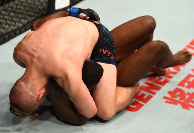 Nik Lentz utilizou seu Jiu-Jitsu para finalizar Willk Brooks com uma guilhotina (Foto: Getty Images)
