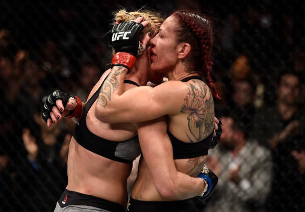 Cris Cyrborg e Holly Holm recebem o prêmio de 'Luta da Noite' do UFC 219