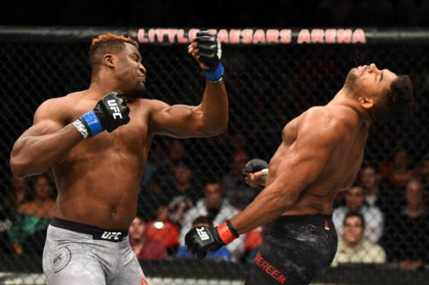 Francis Ngannou aplicou um nocaute espetacular para derrotar Alistair Overeem (Foto: Getty Images)