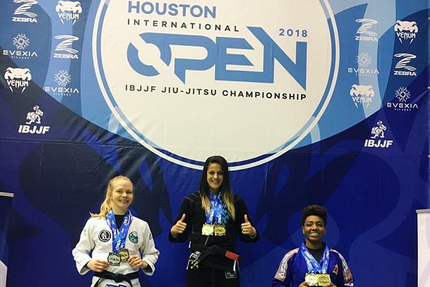 Nathiely Jesus garantiu mais um ouro duplo, agora na disputa do Houston Open (Foto: Reprodução)