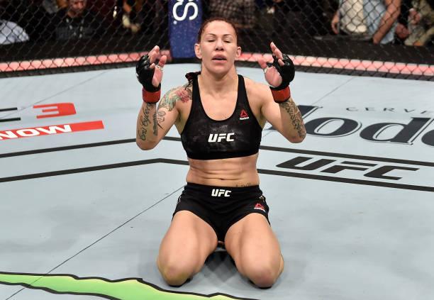 Cyborg nocauteia russa e mantém cinturão no UFC 222; Mackenzie vence