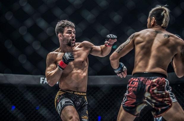 Tonon estreou no MMA com uma vitória por nocaute técnico no segundo round (Foto: ONE Championship)