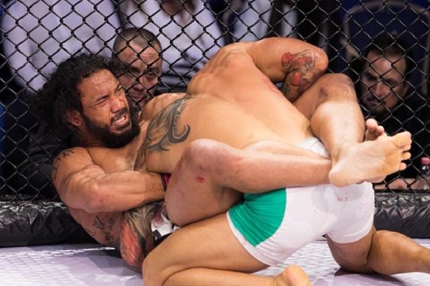 Ben Henderson finalizou Roger Huerta com uma justa guilhotina no segundo round (Foto: Bellator)