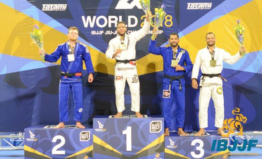 Campeão mundial, Bahiense dá medalha ao antigo mestre: 'De coração'; assista