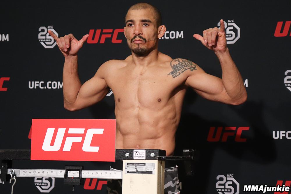 Aldo sofre, mas bate o peso e confirma luta com Stephens no UFC Calgary; veja