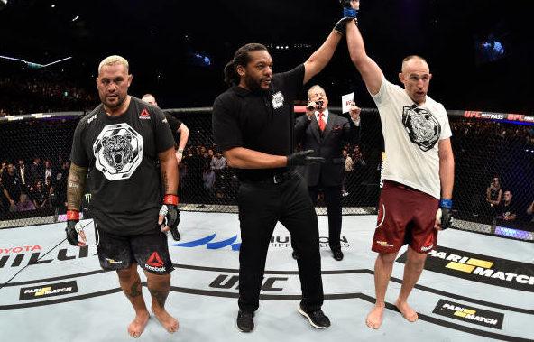 Oleynik finaliza Hunt e comanda festa da torcida na estreia do UFC na Rússia; veja