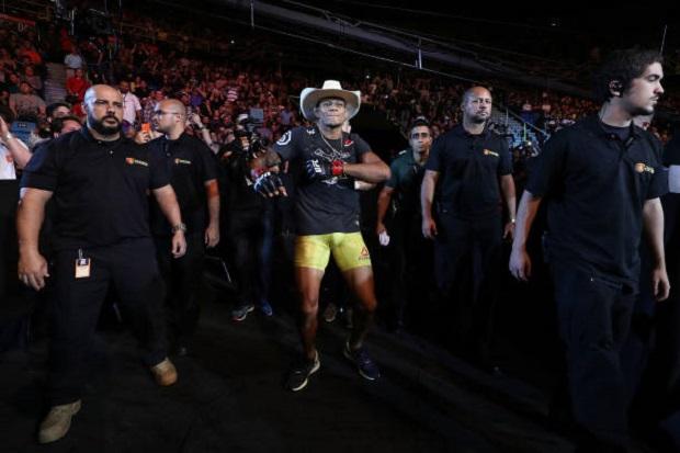 Após vitória 'relâmpago' no UFC São Paulo, Alex Cowboy brinca: 'Suei mais na hora de dançar'; confira