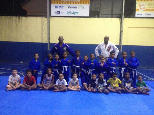 Forjado na arte suave, professor aplica essência do esporte em comunidade do Borel; saiba mais