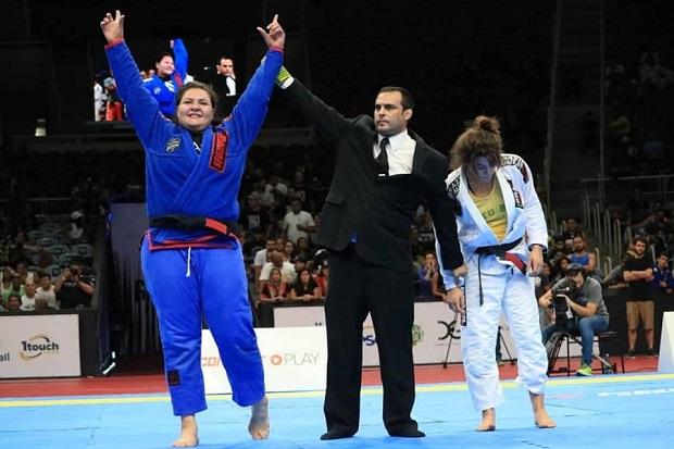 Tayane Porfírio celebra vitória no Gracie Pro em primeira luta vista pelos pais: 'Muito gratificante'