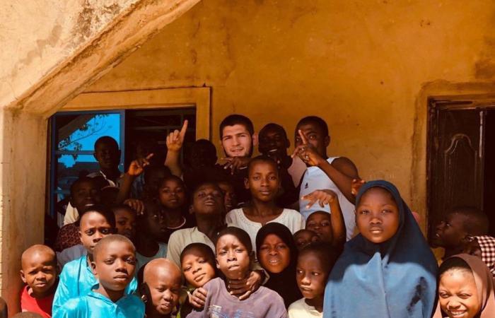 Enquanto aguarda julgamento, Khabib Nurmagomedov viaja para a Nigéria em missão de caridade; confira