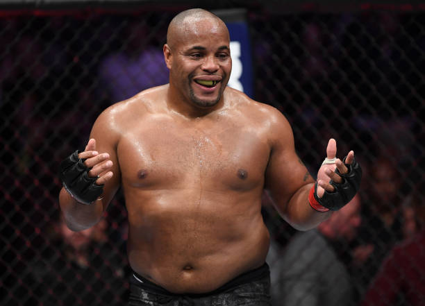 Daniel Cormier adia aposentadoria do MMA por conta de lesão nas costas; entenda o caso