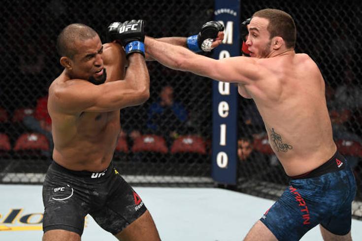 Anthony Martin (à dir.) dominou Serginho Moraes (à esq.) no card preliminar do UFC Wichita (Foto: Josh Hedges/Getty Images)
