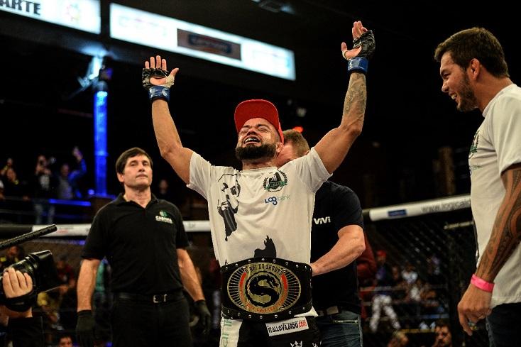 Elvis Silva trava grande batalha, vence Glyan Alves e fatura cinturão super-galo no Shooto Brasil 94