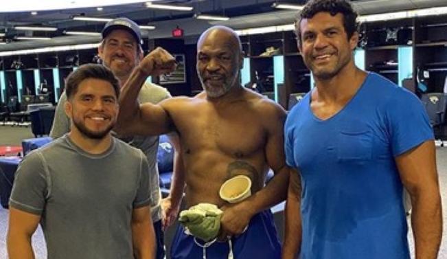 Vitor Belfort ao lado de Mike Tyson e Henry Cejudo
